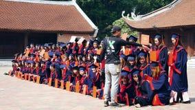 Vietnamesiska studenter som också som tar avläggande av examenfotoet på templet av litteratur, det är bekant som templet av Konfu arkivfilmer