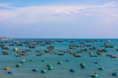 Vietnamesiskt fiskeläge med traditionell färgrik fiska bo Arkivbild