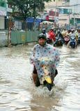 Vietnamesiskt folk, översvämmad vattengata Royaltyfria Bilder