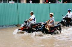 Vietnamesiskt folk, översvämmad vattengata Royaltyfri Fotografi