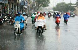 Vietnamesiskt folk, Ho Chi Minh stad i regn Royaltyfri Bild