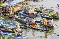 Vietnamesiskt folk på fartyget på Nga Nam som svävar marknaden i morgonen Royaltyfri Fotografi
