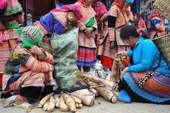 Vietnamesiskt folk som bär den traditionella dräkten i den Bac Ha marknaden, Arkivfoto