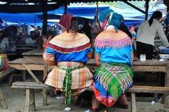 Vietnamesiskt folk som bär den traditionella dräkten i den Bac Ha marknaden, Royaltyfri Bild