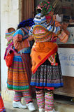 Vietnamesiskt folk som bär den traditionella dräkten i den Bac Ha marknaden, Royaltyfri Fotografi