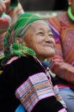 Vietnamesiskt folk som bär den traditionella dräkten i den Bac Ha marknaden, Arkivfoton