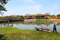 Vietnamesiskt manfiske på floden Royaltyfria Bilder