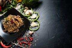 Vietnamesiskt nötkött för grönsak för nudel för kokkonstmatris royaltyfria bilder