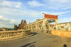 Vietnamita largo del puente de Bien: Cau Bien largo es un puente voladizo histórico a través del Red River Imagenes de archivo