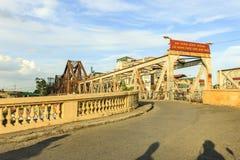 Vietnamita largo del puente de Bien: Cau Bien largo es un puente voladizo histórico a través del Red River Fotos de archivo