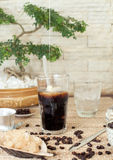 Vietnamita tradizionale, caffè di ghiaccio tailandese con i fagioli su fondo di legno fotografie stock libere da diritti