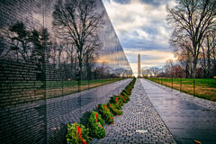 Vietnamkrigetminnesmärke med Washington Monument på soluppgång, Washington, DC, USA Arkivbild