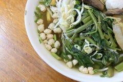 Vietnamse kluski polewka, słuzyć z świeżymi ziele przy knajpą, rzodkwią, ranek chwałą, shiitake i tofu w białym pucharze na W bud Obrazy Royalty Free