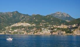 vietri sul母马海滩,意大利美丽如画的夏天风景  免版税库存图片