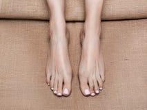 Vieu haut étroit des pieds femelles sur la toile dans le salon de station thermale massage et pieds de concept de soin photos libres de droits