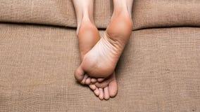 Vieu haut ?troit des pieds femelles sur la toile dans le salon de station thermale massage et pieds de concept de soin image stock