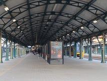 Vieuw stacji kolejowej denbosch ludzie czekać na pociąg obrazy royalty free
