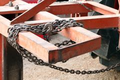 Vieux à chaînes attaché à un cadre en acier, chaîne pour remorquer, limite contraignante avec des chaînes de fer, le lien avec le Photos stock