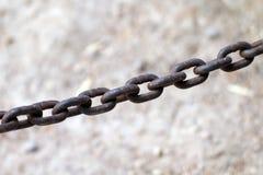Vieux à chaînes attaché à un cadre en acier, chaîne pour remorquer, limite contraignante avec des chaînes de fer, le lien avec le Photographie stock libre de droits