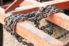 Vieux à chaînes attaché à un cadre en acier, chaîne pour remorquer, limite contraignante avec des chaînes de fer, le lien avec le Images stock