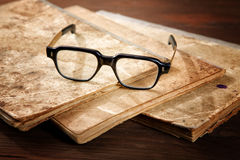 Vieux écriture-livres et verres Images stock