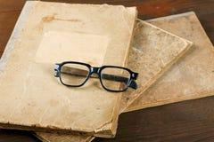 Vieux écriture-livres et verres sur une table Image libre de droits