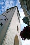 Vieux église et nuages photo stock