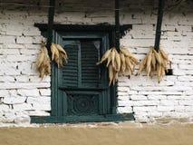 Vieux épis de fenêtre et de maïs photographie stock