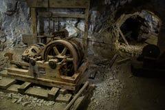 Vieux équipements rouillés à l'intérieur d'une mine Photo libre de droits