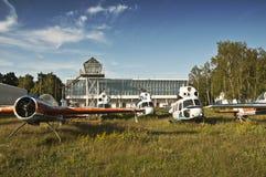 Vieux aéronefs abandonnés et hélicoptères Image stock