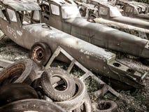 Vieux aéronefs de l'armée de terre abandonnés dans le cimetière et le cimetière plats Images stock