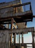 Vieux abandonné construisant une tour pour sauter dans l'eau Photos stock