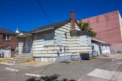 Vieux abandonné embarqué vers le haut des maisons sans les signes de infraction photo libre de droits