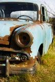 Vieux, abandonnés avant et lampe rouillés d'épave de voiture image libre de droits