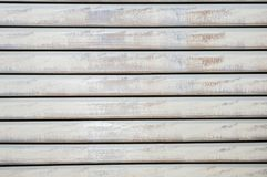 Vieux abat-jour en bois long-peints horizontaux minables fermés Photos stock