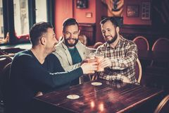 Vieux amis ayant l'amusement prenant le selfie et buvant de la bière pression dans le bar Photos libres de droits