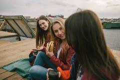 Vieux amis de réunion sur le toit Photographie stock libre de droits