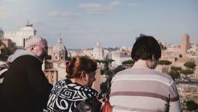 Vieux amis européens supérieurs heureux se tenant ensemble appréciants le paysage étonnant du forum de Rome en Italie souriant et banque de vidéos