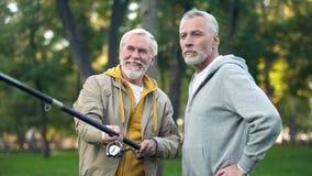 Vieux amis p?chant les poissons de rotation, passe-temps de retraite, activit? de week-end ext?rieure photographie stock