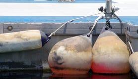 Vieux amortisseurs marins installés sur une jetée pour protéger les coques de bateau et l'installation de port image libre de droits