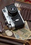Vieux appareil-photo et argent soviétiques de film Photos libres de droits