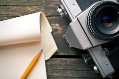 Vieux appareil-photo et bloc-notes analogues photographie stock libre de droits