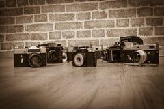 Vieux appareils-photo sur un bois Images libres de droits