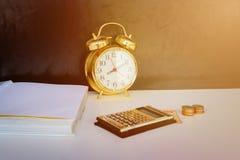 vieux or, argent et calculatrice de vintage de réveil au-dessus du fond blanc et noir Images stock
