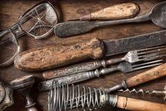 Vieux articles de cuisine de vintage sur un fond en bois Photo stock