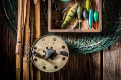 Vieux articles de pêche avec le filet, les tiges et les flotteurs Photo stock