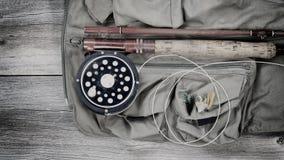 Vieux attirails de pêche de truite sur le gilet de pêche Photographie stock