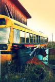 Vieux autobus scolaire et chutes photo stock