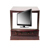 Vieux avec la télévision moderne Photo libre de droits
