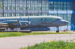 Vieux avions à l'usine de réparation, à l'aéroport Images stock